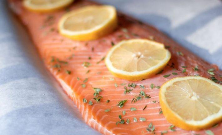 Ten najlepší recept na pečeného lososa s citrónom a bylinkami