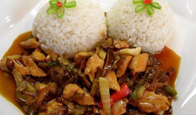 Tip na ľahký a chutný obed. Kuracie mäsko na čínsky spôsob podávané s ryžou