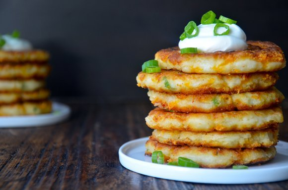 Ostala vám zemiaková kaša a je vám ľúto ju vyhodiť? Vyskúšajte tento skvelý recept na tie najlepšie syrové placky!