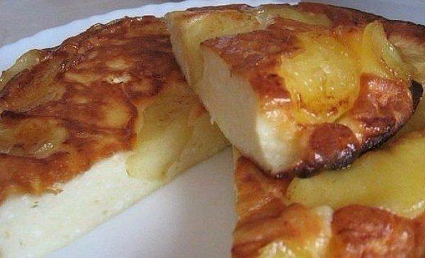 Jedinečný recept na tvarohový koláč s kyslou smotanou a jablkami poteší každý maškrtný jazýček