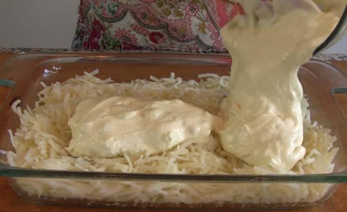 Zemiaky zapečené s kuracím mäsom: Keď som ich prvýkrát ochutnala, hneď som si pýtala recept! Toto jedlo púta pozornosť celej rodiny už keď sa pečie v rúre