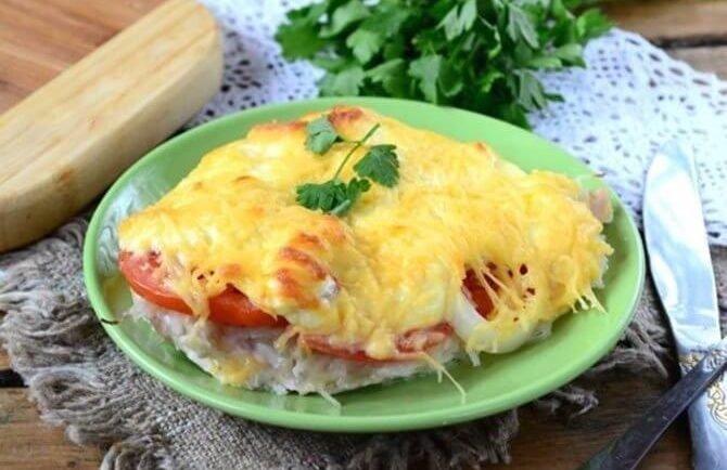 Kuracie prsia posypte 100g strúhaného syra a pridajte 1 paradajku, vznikne luxusné jedlo pre celú rodinu!