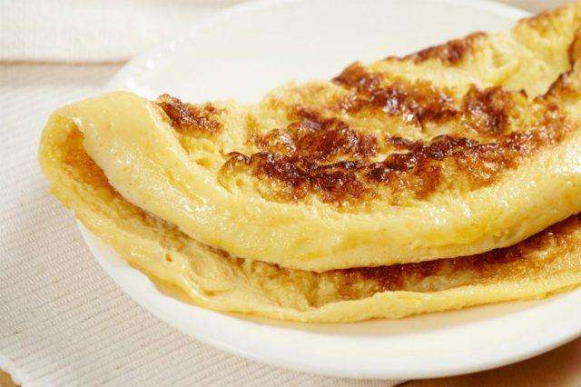 A máme tu niečo pre deti, recept na úžasnú sladkú omeletu s krupicou. Vyskúšajte, určite nebudete ľutovať!