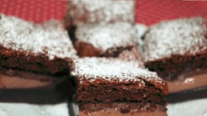 Chytrý čokoládový koláčik: Všetko vylejte na plech a z rúry vyberiete sladký zázrak s tromi vrstvami!