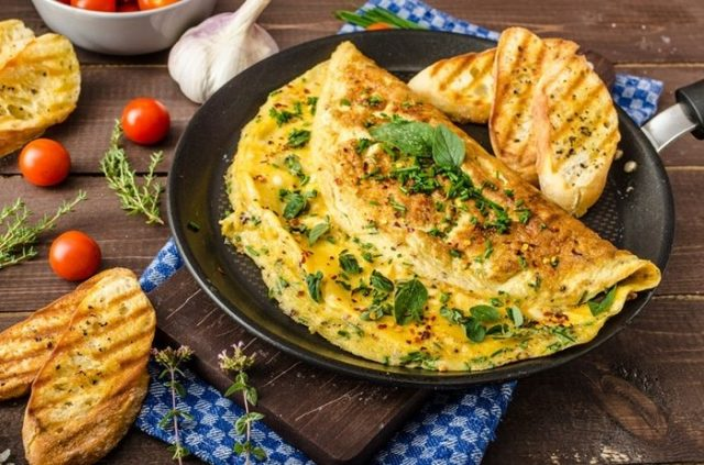 Hoci sa jedná o veľmi netradičnú kombináciu, doporučejeme vyskúšať! Omeleta s kyslými uhorkami a klobásou je skrátka TOP!