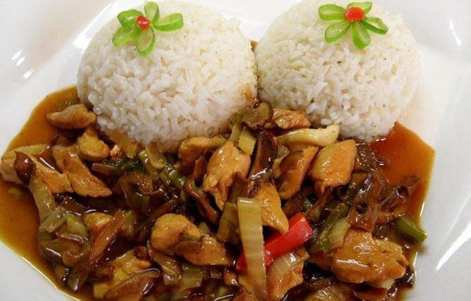 Kuracie mäsko na čínsky spôsob podávané s ryžou