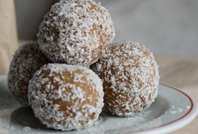 Koko-čoko guľôčky s čerešňami: Základ je v kávovej hmote, z ktorej urobíte guličky. Najlepšie chutia s čerešňami naloženými v rume!