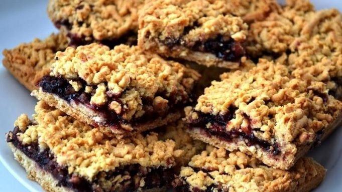 Chuť, ktorá Vám pripomenie detstvo: Recept na veľmi chutný koláč s marmeládou a posýpkou