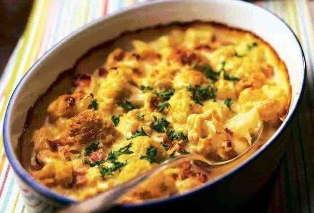 Netradičný pečený karfiol: Ružičky som obalila v majonézovo-smotanovej zmesi a posypala bylinkami. Výsledok bol famózny!