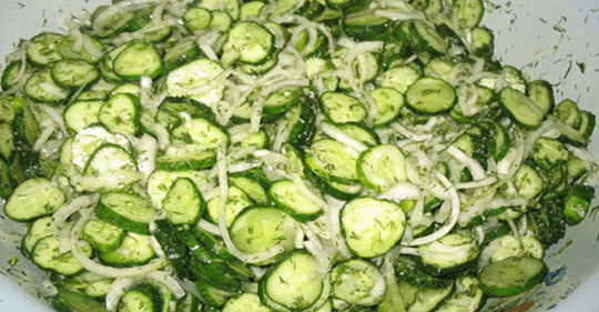 Zdravý uhorkový šalát na chudnutie. Je vhodný pre ľudí, ktorých trápi trávenie a cukrovkárov