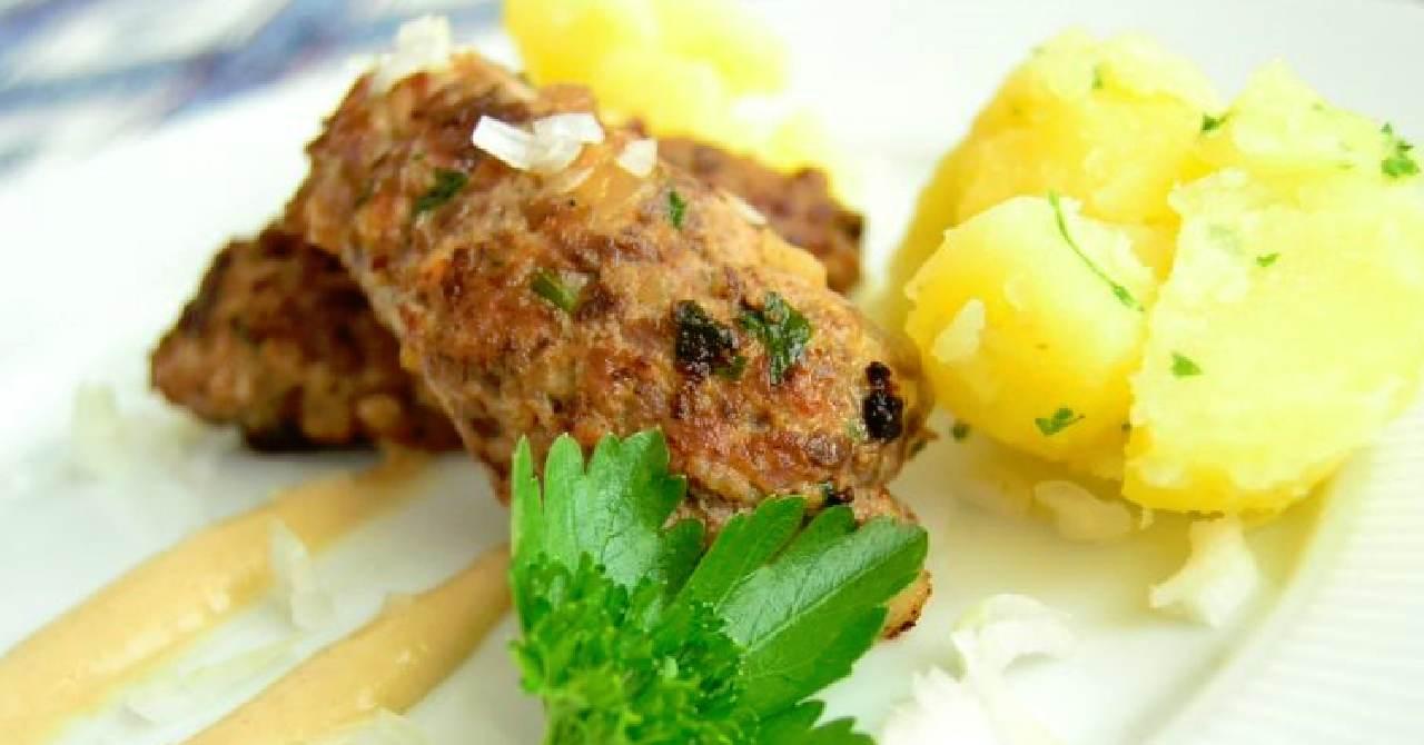 Čevabčiči s varenými zemiakmi