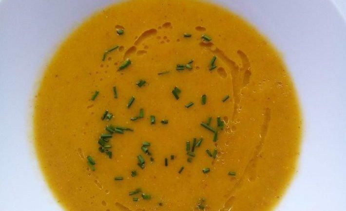 Krémová polievka z koreňovej zeleniny, ktorá zahreje a zasýti