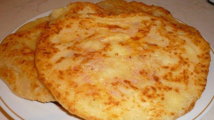 Kefírové placky z panvičky plnené šunkou a syrom s bleskurýchlou prípravou!