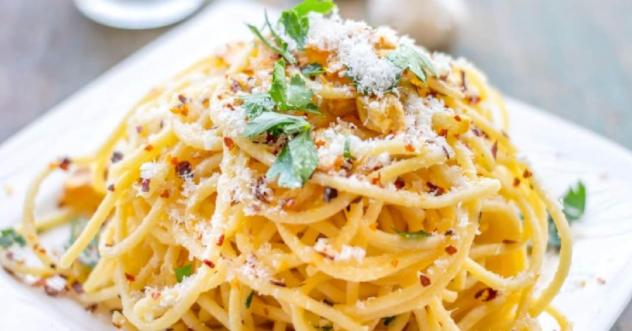 Chutné špagety so syrom, cesnakom.