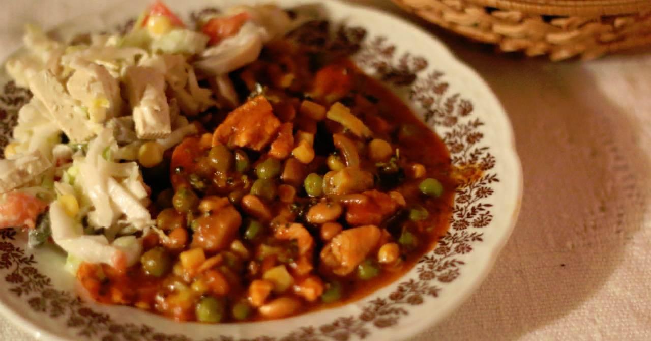 Sýte jedlo z mix zeleniny a kuracieho mäsa.