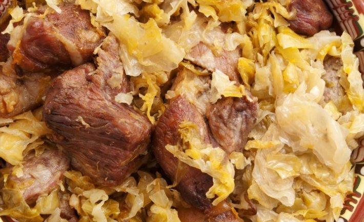 Bravčové plátky s kyslou kapustou a slaninou z panvičky pripravené za 10 minút!