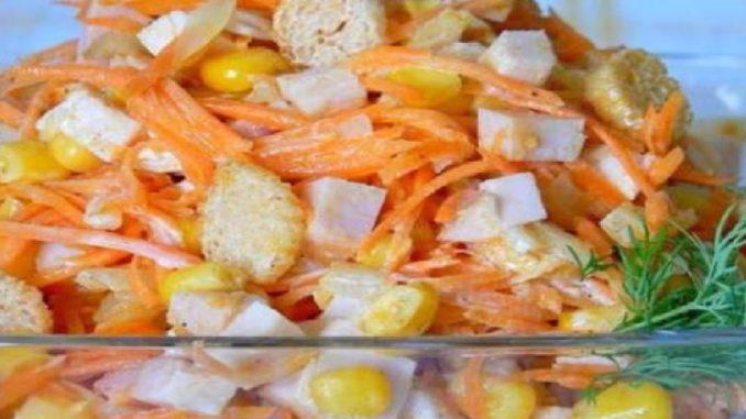 Letný kurací šalát s mrkvou a kukuricou, ktorý perfektne zasýti!