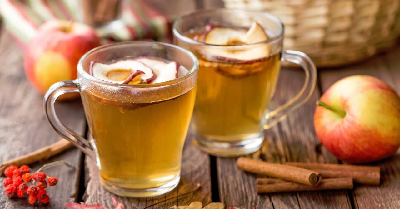 Horúci jablkový nápoj na zahriatie.