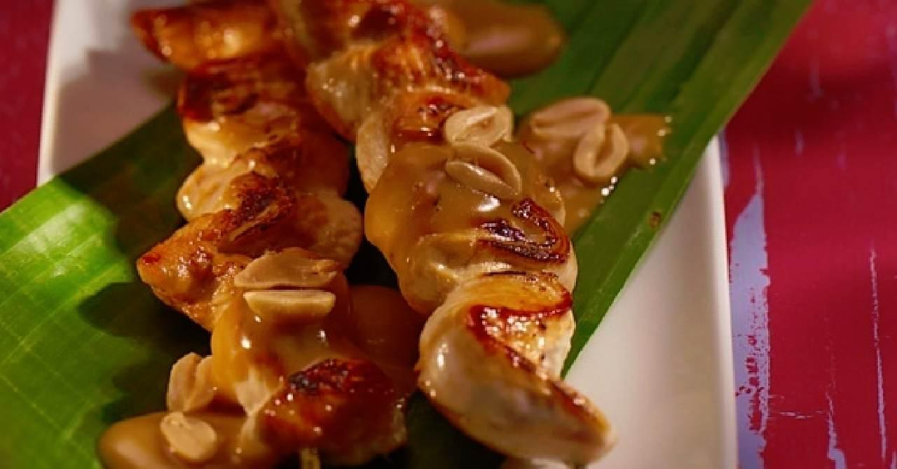 Kuracie mäso na špíze s chutnou omáčkou.