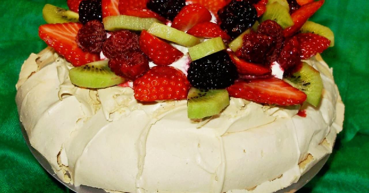Snehová torta s mascarpone a ovocím.